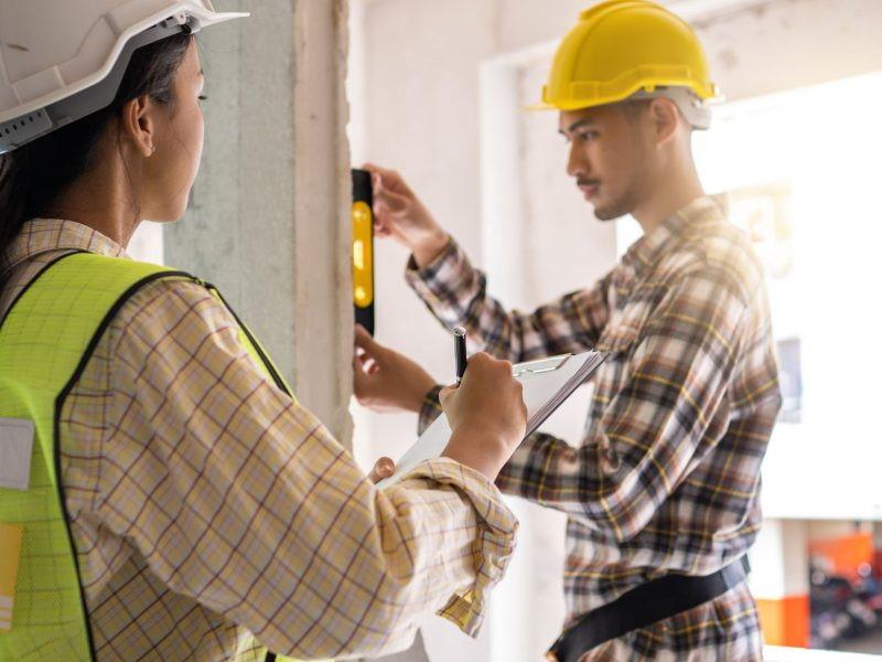 εργάτες μετράνε τοίχο