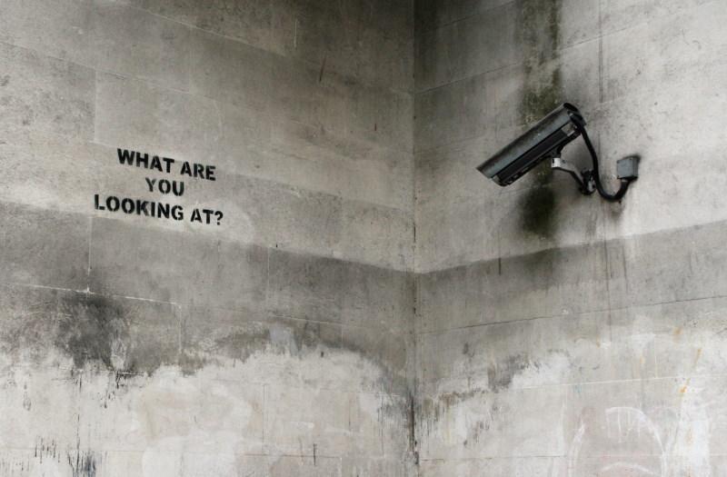 κάμερα ασφαλείας πάνω σε τοίχο.