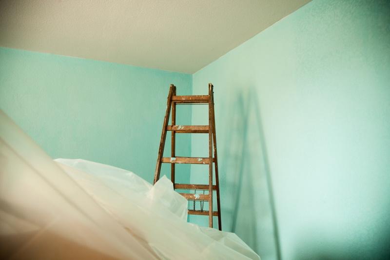σκάλα σε άδειο δωμάτιο