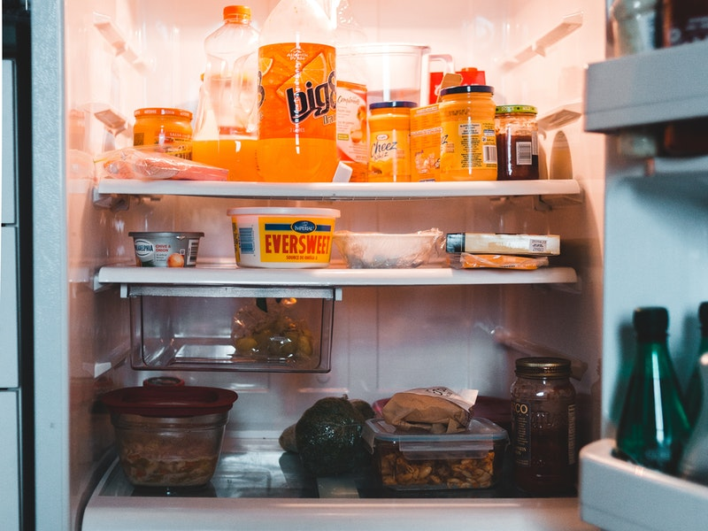 ανοιχτό ψυγείο με τρόφιμα