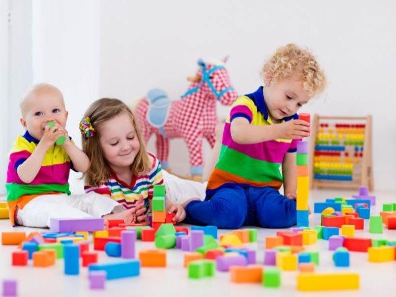 Παιδιά παίζουν με εκπαιδευτικά παιχνίδια